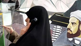 Eine Frau in Teheran, Iran, telefoniert mit einem Mobiltelefon (Symbolbild)