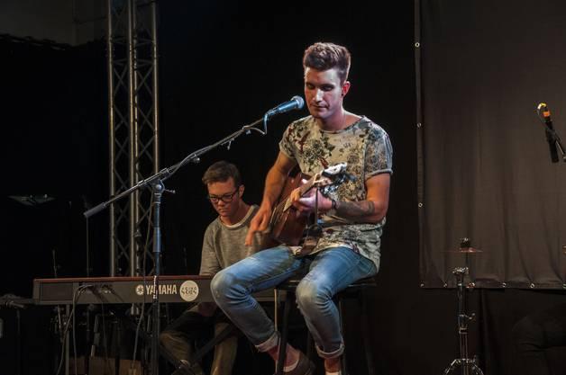 Er ist der Sänger der Band: Patrick Schwarz. Zudem spielt er Gitarre und schreibt die Songs.