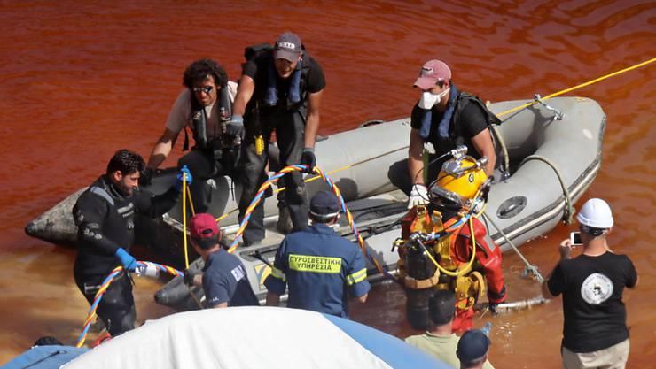 Ein Polizeitaucher steigt in das trübe Wasser eines Baggersees auf Zypern, um nach einem in einem Koffer versenkten Opfer eines Serienmörders zu suchen.