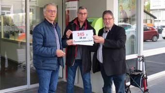 Stadtschreiber Markus Dietler (links) nimmt die von Sepp Hürzeler (Mitte) und Ernst Eggmann lancierte Petition mit 245 Unterschriften vor dem Stadthaus entgegen.
