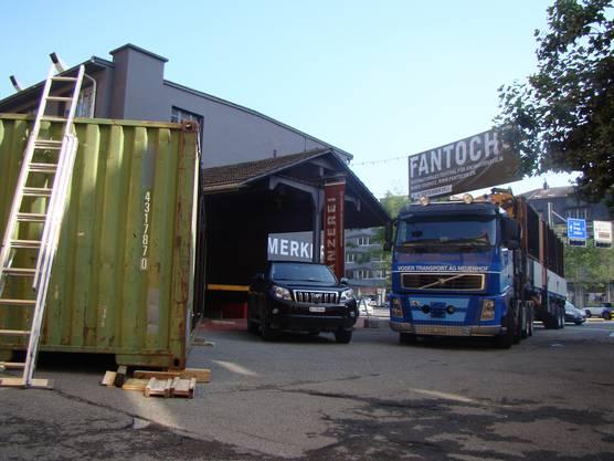 Links steht der erste Container