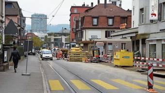 Abschrankungen, Gräben und Maschinen an der Bremgartnerstrasse: Im engen Zentrum müssten alle Rücksicht nehmen, sagt Stadtpräsident Roger Bachmann.