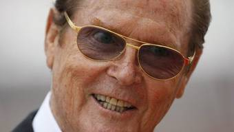 Ex-Bond-Darsteller Roger Moore arbeitet an einem Buch über die James-Bond-Filme (Archiv)