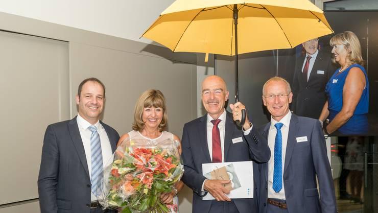 Ruedi Suter (mit Regenschirm) und seine Frau Renate flankiert vom neuen BSL-Rektor Tobias Widmer (links) und BSL-Geschäftsleitungsmitglied Markus Jägle, einem langjährigen Weggefährten Suters.