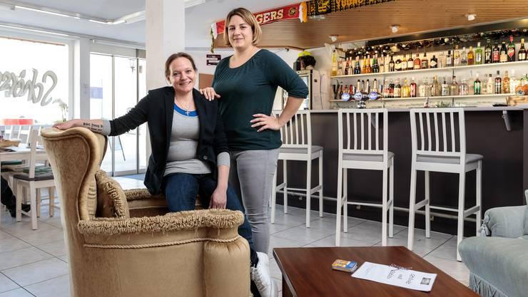 Georgette (sitzend) und Sandra Flury in der neuen Bar an der Hauptstrasse in Niederwil.