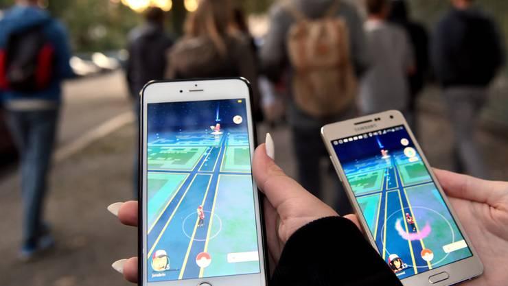 ARCHIV - «Pokemon Go»-Spieler gehen mit ihren Smartphones durch Berlin. Das «Go Fest»-Event wird in diesem Jahr digital stattfinden. Foto: Britta Pedersen/dpa-Zentralbild/dpa