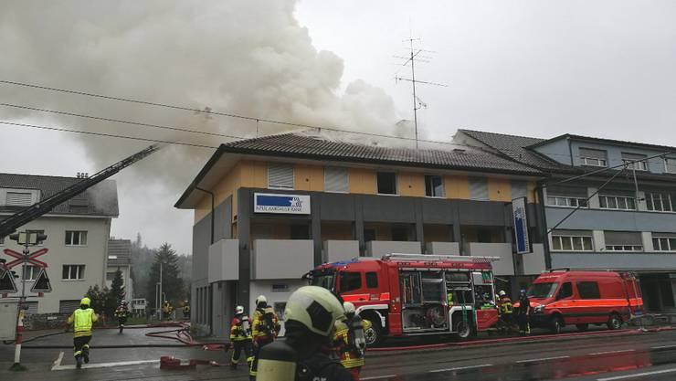 In Unterkulm brannte am Sonntagabend der oberste Stock eines Mehrfamilienhauses.