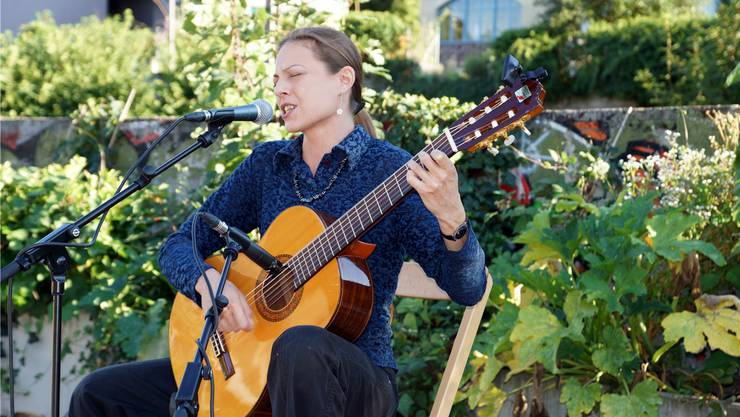 Lindamara alias Linda Kratky zieht das Publikum mit tiefgründigen, nachdenklich stimmenden Liedern in ihren Bann. ubu