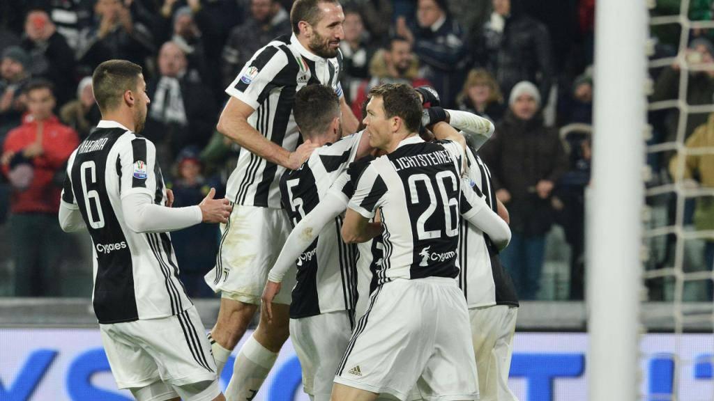 Torjubel von Juventus mit Stephan Lichtsteiner (Nummer 26/ganz rechts)