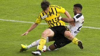 OB-Spieler Pascal Rietmann (l.) streitet sich mit Gregory Wuehtric um den Ball.