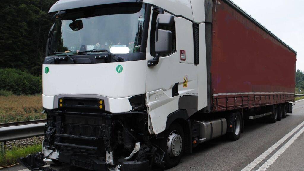 Bei einem Unfall auf der A4 löste sich ein Rad von einem Lastwagen und kollidierte mit einem entgegenkommenden Sattelzug. Dieser wurde erheblich beschädigt und musste abgeschleppt werden. Verletzt wurde niemand.