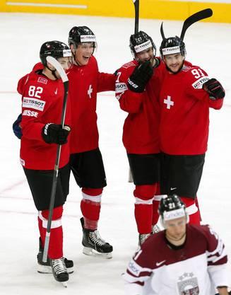 Die Schweizer feiern einen Treffer.