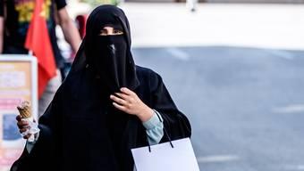Fluch oder Segen fürs Berner Oberland? Eine Niqab-Trägerin auf Shopping-Tour in Interlaken.