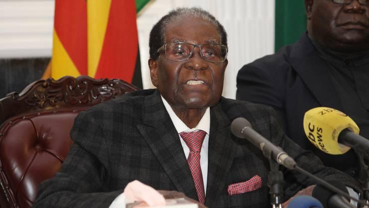 Am 20. November 2017 spricht Mugabe am Fernsehen eine Rede zur Nation. Eigentlich war erwartet worden, dass er seinen Rücktritt verkündet. Das unterlässt er aber, obwohl er von seiner Partei Zanu-PF als Vorsitzender abgesetzt und seine Frau aus der Partei ausgeschlossen wurde. Einen Tag später tritt er dann doch noch zurück. Damit endet eine 37 Jahre lange Ära.