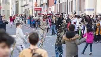 Mit Konfetti und Chabisstorzen bewaffnet versuchen die Schüler, die peitschenschwingenden Narren zu bekämpfen.