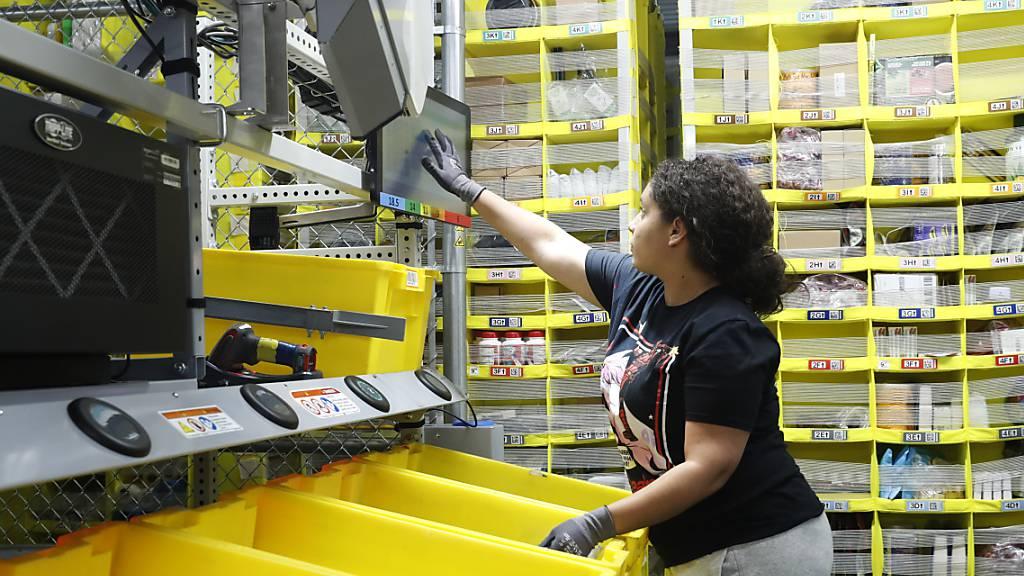 Der Onlinehändler Amazon erhöht für die Mitarbeitenden in den USA den durchschnittlichen Stundenlohn an. Zudem sollen mehr als 125'000 neue Mitarbeitende ein.(Archivbild)
