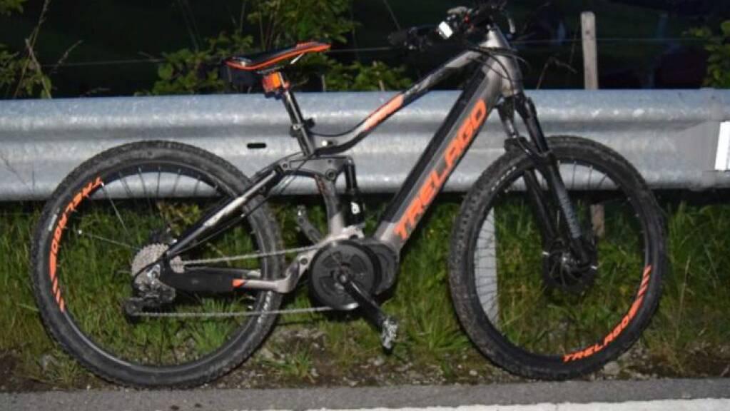Eine 54-jährige Frau stürzte am Freitagabend in Schwellbrunn mit ihrem E-Bike und prallte gegen die Leitplanke. Sie zog sich dabei schwere Kopfverletzungen zu.