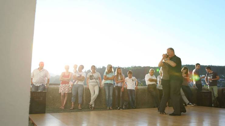 Tango getanzt: Wer es kann, wirbelte unter freiem Himmel über den Kirchplatz