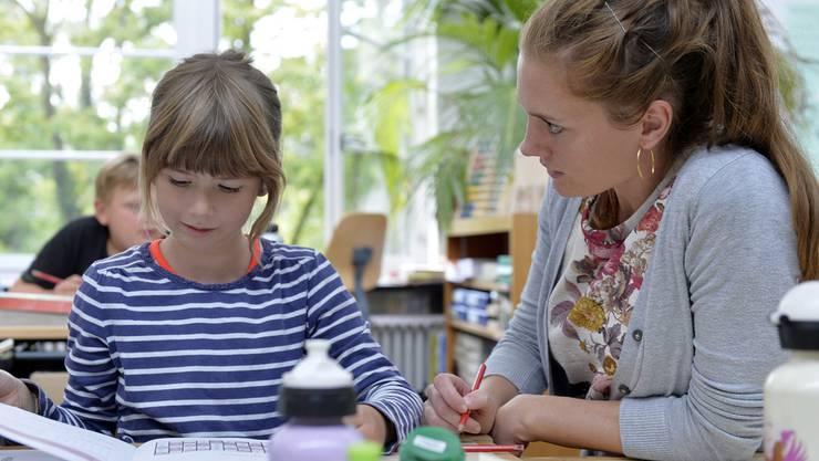 Lehrerin der 2. Klasse mit einer Schülerin im Zürcher Schulhaus am Wasser. An einer Medienkonferenz wurde über die Tagesschule 2025 orientiert. Die Stadt Zürich will in sieben Schulen ein Pilotprojekt mit einem freiwilligen Modell starten.