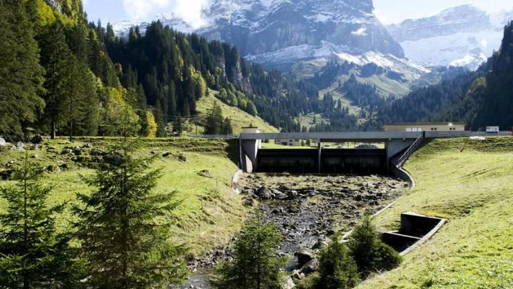 Wasserkraftwerke wie hier das Sahli an der Muota sorgten 2017 für knapp 50 Prozent der Schweizer Energieversorgung, weitere 10 Prozent aus Wasserkraft wurde aus dem Ausland eingekauft. (Archivbild)