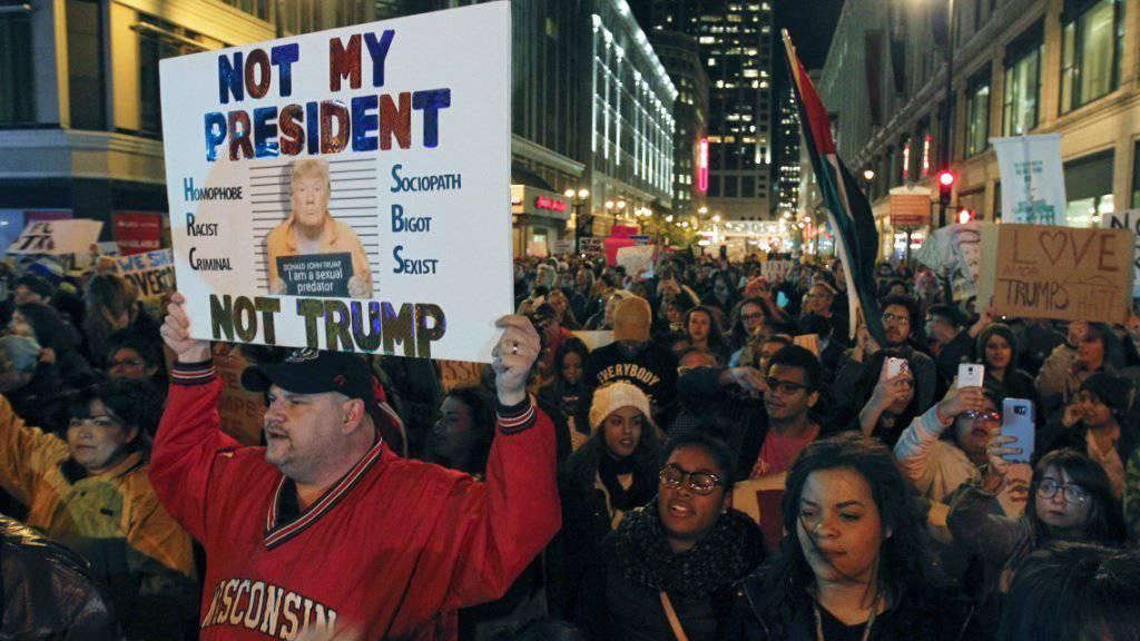 """""""Nicht ihr Präsident"""": Trump-Gegner im ganzen Land gehen auf die Strasse nach der Wahl."""