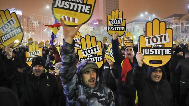 Rumänische Demonstranten protestieren seit Wochen gegen eine von der sozialliberalen Regierung geplante Justizreform. Am Mittwoch setzte die Polizei Tränengas gegen die Demonstranten ein.