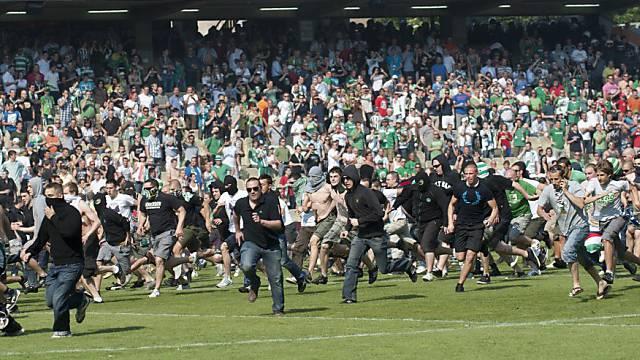 Rapid-Fans stürmten den Rasen im Hanappi-Stadion