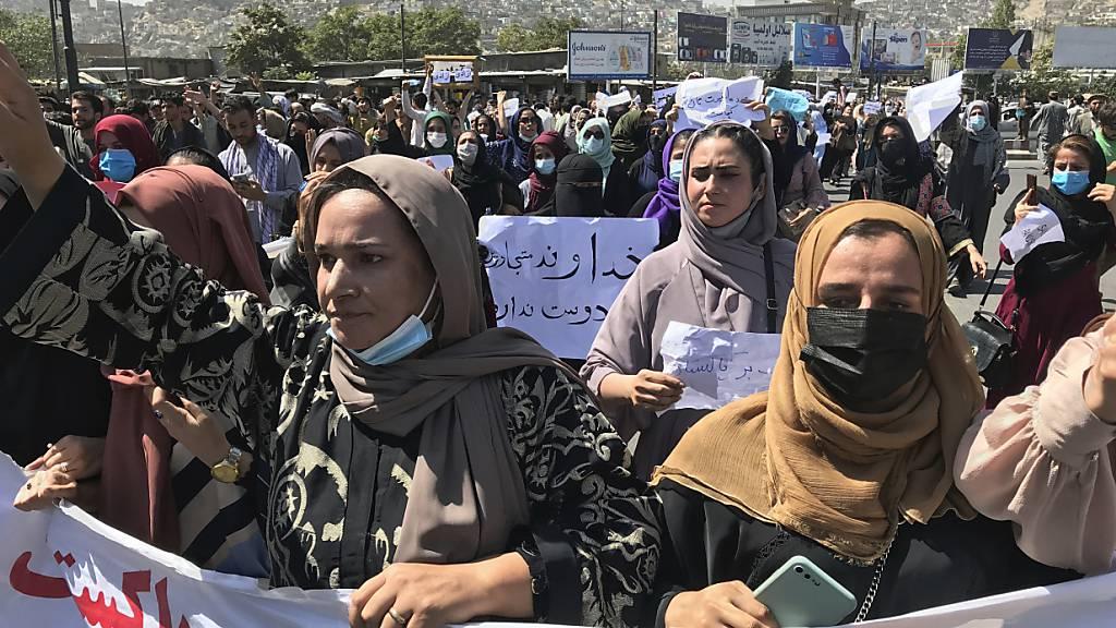 Afghanische Frauen halten einen Banner und rufen bei einer Anti-Pakistan-Demonstration in der Nähe der pakistanischen Botschaft in Afghanistans Hauptstadt Kabul Parolen. Foto: Wali Sabawoon/AP/dpa