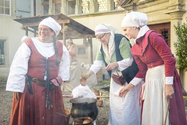 Der Mittelaltermarkt auf dem Schloss Lenzburg. Im Bild: Die Küchenfrauen zeigen, wie man früher gekocht hat.