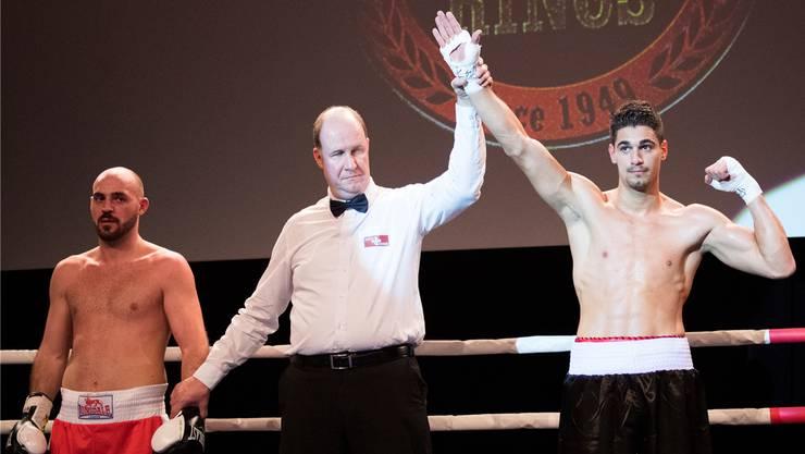 Full-Reuenthals Gemeindeammann Marcel Werder (Mitte) als Ringrichter am traditionellen Boxing Day Meeting in Bern. Keystone