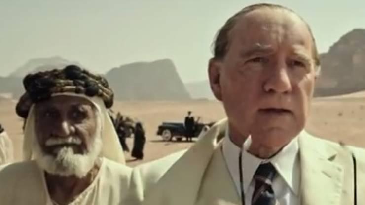 """Kevin Spacey (r) als J. Paul Getty im Film """"All the Money of the World"""". Wegen den Belästigungsvorwürfen an Spacey verzichtet Sony darauf, den Film auf dem AFI-Filmfestival in Los Angeles zu zeigen. (Screenshot Trailer)"""