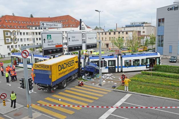 Schon wieder stiess ein Lastwagen mit der Glattalbahn zusammen (Symbolbild).