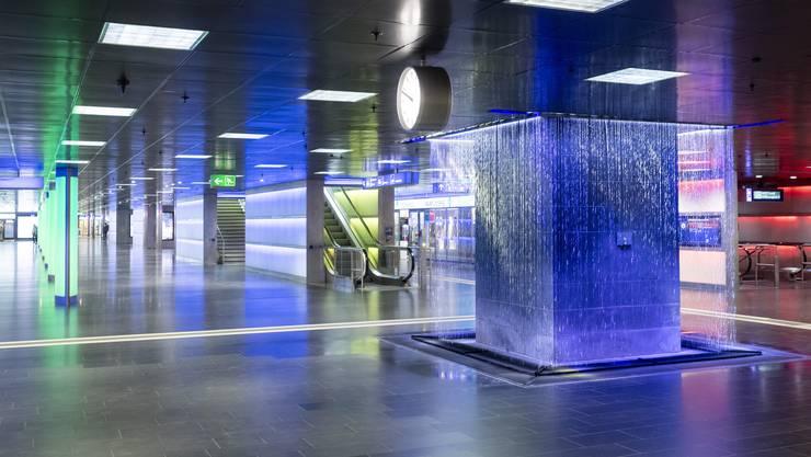 Menschenleer zeigt sich der Hauptbahnhof in Zuerich.