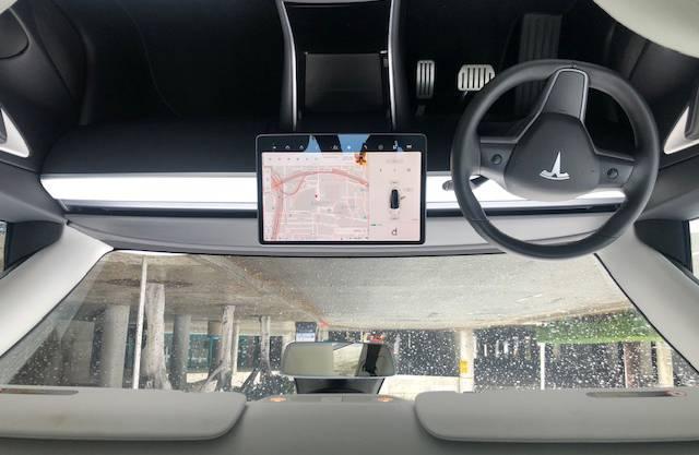 Im Cockpit gibt es keine Knöpfe, nur den mittig verbauten Touchscreen.