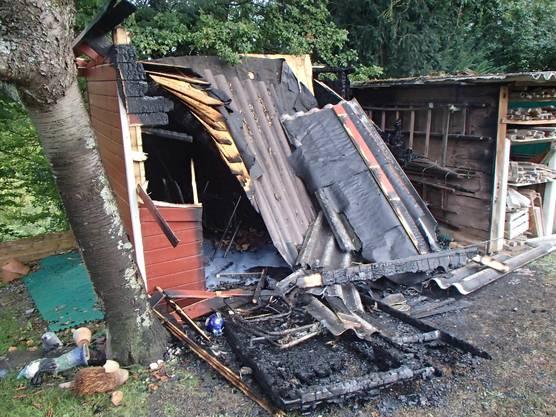 Die Flammen waren rasch gelöscht, doch das kleine Holzgebäude war nicht mehr zu retten.