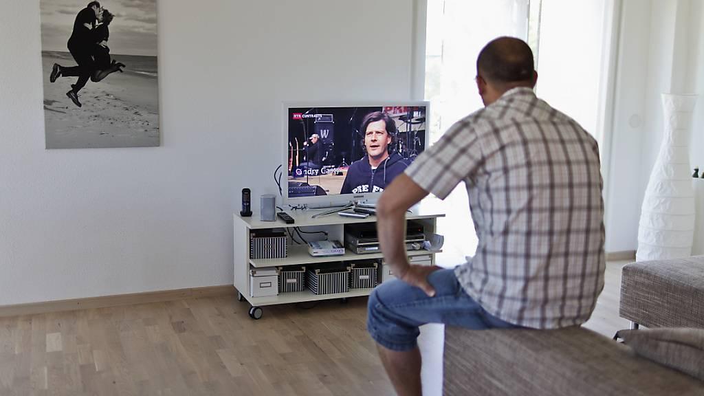 Der Fernseh-Konsum in der Schweiz stieg letztes Jahr um acht Minuten pro Person und Pro Tag.
