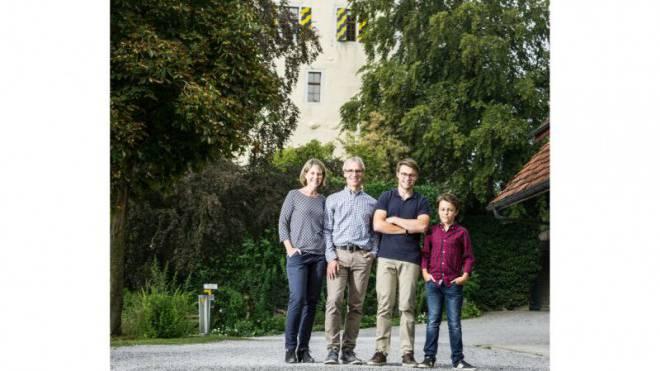 Die Schlossfamilie auf Heidegg: Ines, Dieter, Linus und Anian Ruckstuhl (v. l.). Der dritte Sohn Elias fehlt auf dem Bild. Foto: Chris Iseli