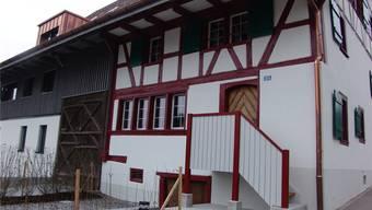 Die Balkenkonstruktion des alten Fachwerkgebäudes durfte nichtabgetragen werden, aus denkmalschützerischen Gründen. Nun strahlt das alte Bauernhaus wieder wie neu (oben).Flavio Fuoli