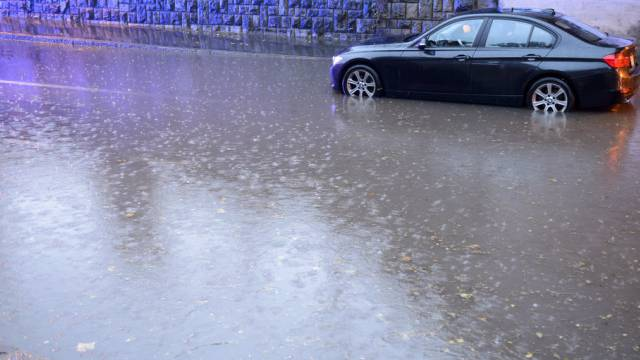 In La Chaux-de-Fonds waren Strassen überschwemmt (Symbolbild)