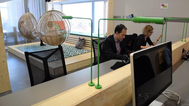 Blick in die neue Coworking-Umgebung: Im Gemeinschaftsbüro arbeiten Menschen aus unterschiedlichen Firmen und Branchen.