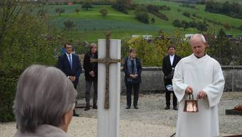 Ein von Erwin Rehmann angefertigtes Kreuz ziert das neue Gemeinschaftsgrab.