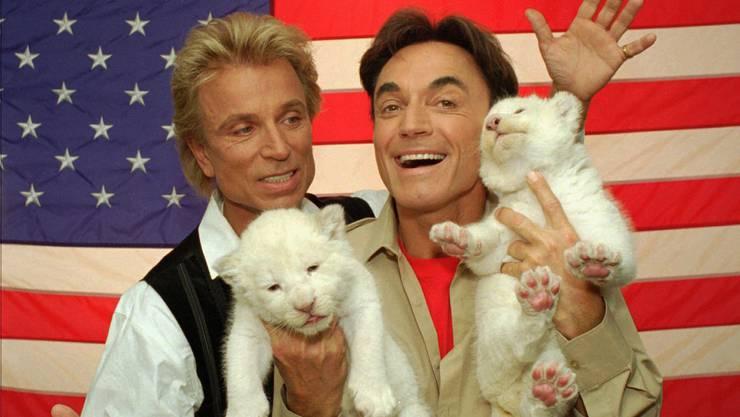 Siegfried und Roy mit weissen Tigerbabys in Las Vegas. (Bild von 1996)