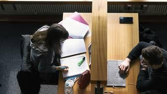 Studierende des Kantons Zürich sollen ab 2021 besseren Zugang zu Stipendien erhalten. (Symbolbild)