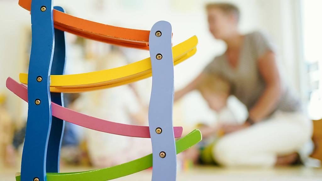 In der Schweiz besucht jedes dritte Kind eine Kindertagesstätte (Kita). Nach dem Ausbau der zur Verfügung stehenden Plätze wollen die Kantone nun an der Qualität der Kitas arbeiten. (Themenbild)