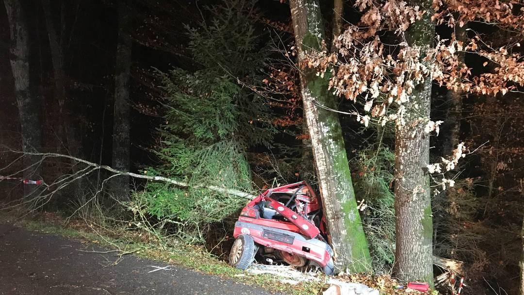 Tragischer Unfall: Dieser Peugot war im Wald eingeklemmt