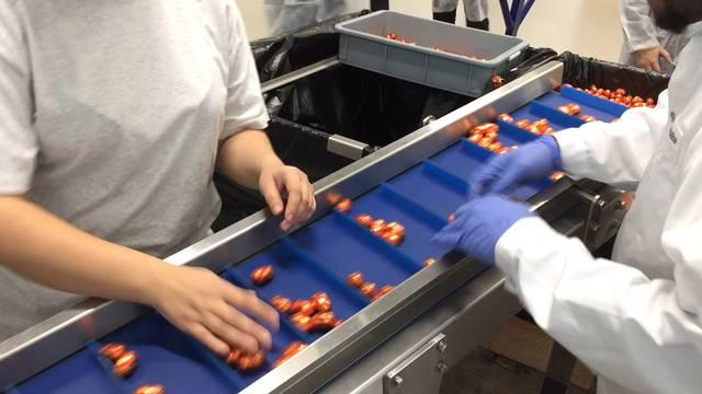 In den neuen Coop-Produktionsstätten flitzen die Köstlichkeiten oft schneller vorbei, als man schauen kann.