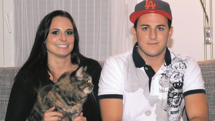 Zu Hause auf dem Sofa mit Freundin Reina Blum und Katze Roxy kann Fabio Leimer abschalten.michael wyss
