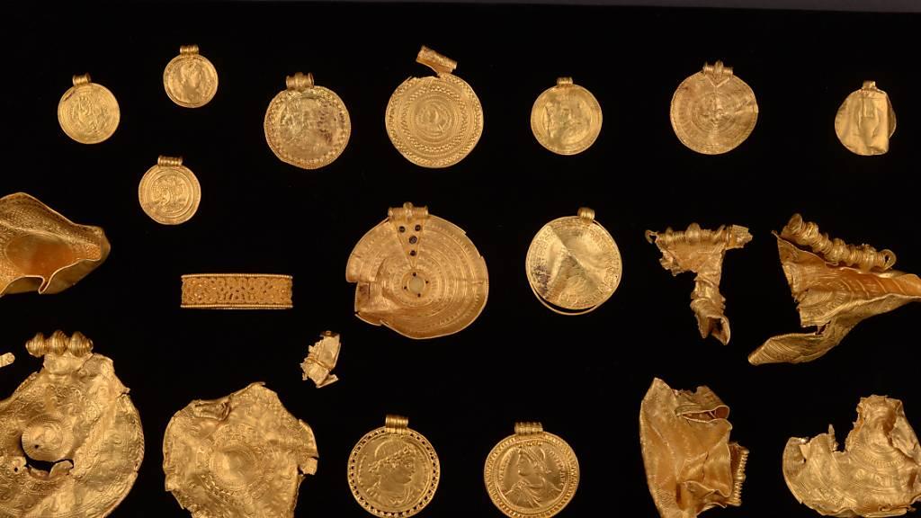 HANDOUT - Ein 1500 Jahre alter 22-teiliger Goldschatz, bestehend aus fein dekorierten Medaillons, der vermutlich aus dem 5. Jahrhundert stammt. Auch einige römische Münzen, die zu Schmuck verarbeitet wurden, sind darunter. Der Schatz soll vom 3. Februar 2022 an in Vejle ausgestellt werden. Foto: Museumsverbund der Stadt Vejle/dpa - ACHTUNG: Nur zur redaktionellen Verwendung im Zusammenhang mit der aktuellen Berichterstattung und nur mit vollständiger Nennung des vorstehenden Credits