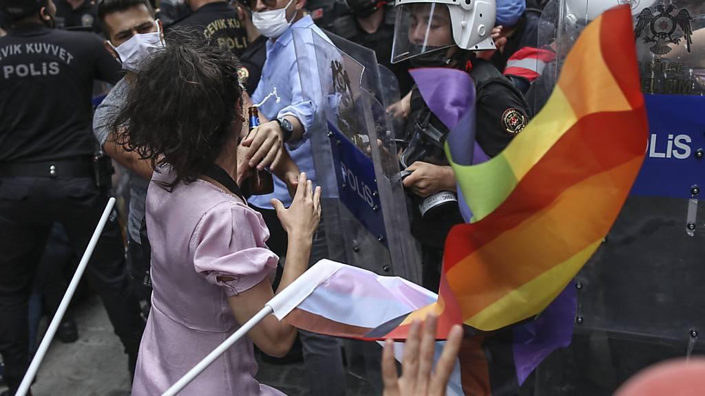 Einem Demonstrationsverbot und massivem Polizeiaufgebot zum Trotz haben sich in Istanbul Hunderte Menschen zur Pride-Parade versammelt. Foto: Emrah Gurel/AP/dpa