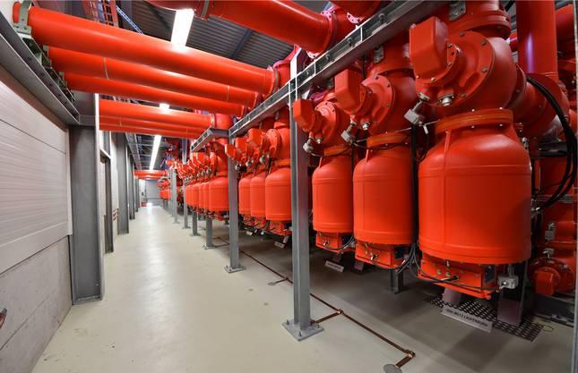 In Swissgrid-Rot: Die gasisolierten 220-Kilovolt-Schaltungen im Innern des Gebäudes.